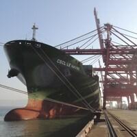 Un navire à quai dans un port.