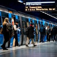 Des passagers du métro en Suède.