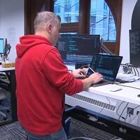 Des travailleurs dans les bureaux d'une entreprise en informatique.