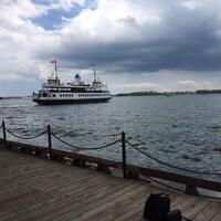 Un traversier vient de quitter le quai aux îles de Toronto.