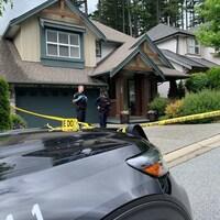 Des policiers bouclent la résidence de Trina Hunt.