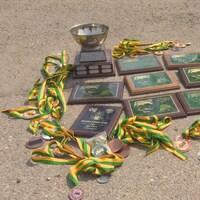 Des trophés, des médailles et des plaques au sol.