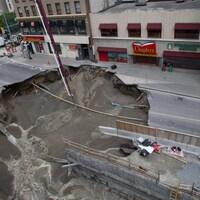 Un trou géant est formé a la suite de l'affaissement de la rue Rideau au centre-ville d'Ottawa.