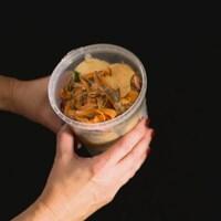 Des aliments dans un bac à compost.