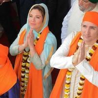 Sophie Grégoire et Justin Trudeau prient dans le Temple d'Or des sikhs, à Amristrar, dans la région indienne du Pendjab.