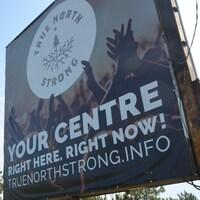 Pancarte de True North Strong près du chemin Kingsway dans le Grand Sudbury.