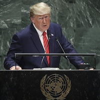 Donald Trump parle au micro.