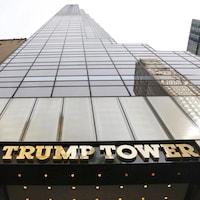 La Trump Tower de New York vue de l'extérieur, en contre-plongée.