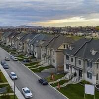 Vue aérienne sur une banlieue de la Rive-Nord de Montréal, montrant un secteur résidentiel avec des maisons en rangée.