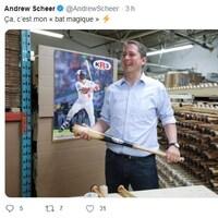 Capture d'écran d'un tweet diffusé sur le compte d'Andrew Scheer qui se compose d'un message et d'une photo du politicien tout sourire tenant dans ses mains un bâton de baseball.