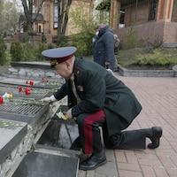 Un général de l'armée dépose une gerbe de fleurs sur un monument en mémoire des victimes de la catastrophe de Tchernobyl.