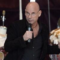 Guy Laliberté, un micro à la main.