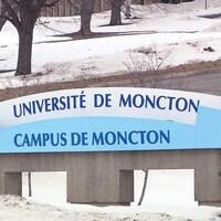 Enseigne de l'Université de Moncton en hiver.