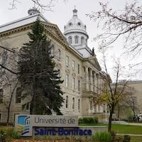 Vue extérieure du bâtiment principal de l'Université de Saint-Boniface avec sa coupole.