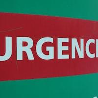 Un panneau sur lequel est inscrit le mot « urgence ».