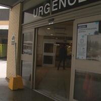 Un homme traverse les portes de l'urgence à l'hôpital de Chicoutimi.