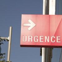 Un panneau d'urgence devant un hôpital.