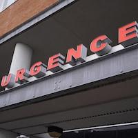 Le mot urgence au-dessus de la porte d'entrée d'un hôpital.