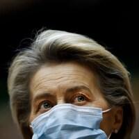 Ursula von der Leyen, le visage couvert d'un masque chirurgical.