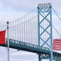 Le drapeau canadien et le drapeau américain.