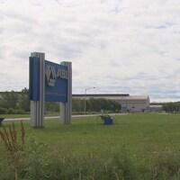 La pancarte de l'ABI devant l'usine