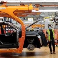 Un ouvrier dans une usine d'assemblage de véhicules.