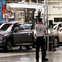 Une ligne d'assemblage de deux voitures.