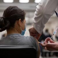 Une femme vient d'être vaccinée.