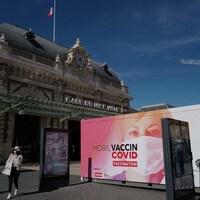 Une femme passe devant une clinique de vaccination mobile près de la gare de Nice, dans le sud de la France.