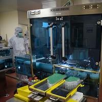 Des employés revêtus d'équipements de protection sur une chaîne de montage.