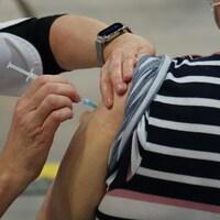 Une personne reçoit une dose de vaccin contre la COVID-19, le 11 mars 2021 à Matane.