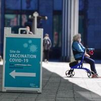 Une affiche indiquant l'entrée d'une clinique de vaccination.