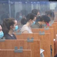 Des jeunes attendent après avoir reçu leur vaccin contre la COVID-19