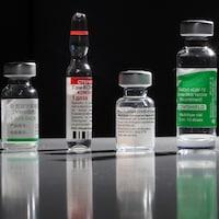 Des flacons de vaccins contre la COVID-19.