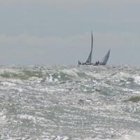 Des vagues et des bateaux
