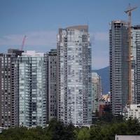 Un paysage de tours à Vancouver et de grues présentes pour des travaux de construction.