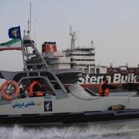 Un vedette des Gardiens de la révolution islamique avec en arrière-plan le pétrolier britannique Stena Bulk.