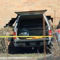 Une camionnette entrée dans un mur de briques.
