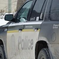 Un véhicule de police noir.