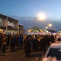 Plusieurs dizaines de personnes se sont rassemblées devant la mosquée de Chicoutimi.