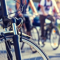 Des vélos et des cyclistes.