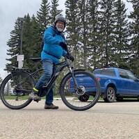 Un homme sur un vélo.