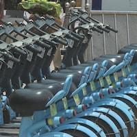 Une série de vélos stationnés.