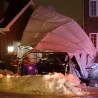 Un abri de voiture Tempo emporté par le vent.