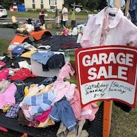 Les ventes de débarras sont très populaires un peu partout au Nouveau-Brunswick. Vêtements, couvertures, jouets, on y trouve un peu de tout.
