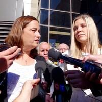 Les épouses des policiers tués, Nadine Larche et Rachel Ross, sont soulagées par la décision du juge