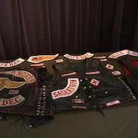 Trois vestes disposées sur une table