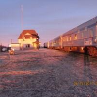 Cinq voitures de passagers et deux locomotives de Via Rail sont bloquées à la gare de Churchill.