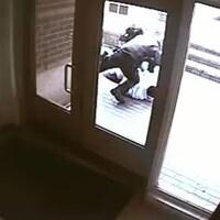 La vidéo montre le policier frappant l'homme qui est au sol.