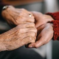 Deux personnes se tiennent les mains en signe de soutien